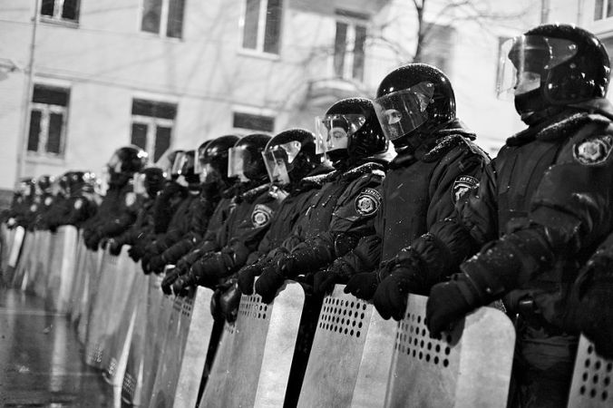 Riot_police_blocking_the_way_to_the_parliament_building_on_Sunday_night